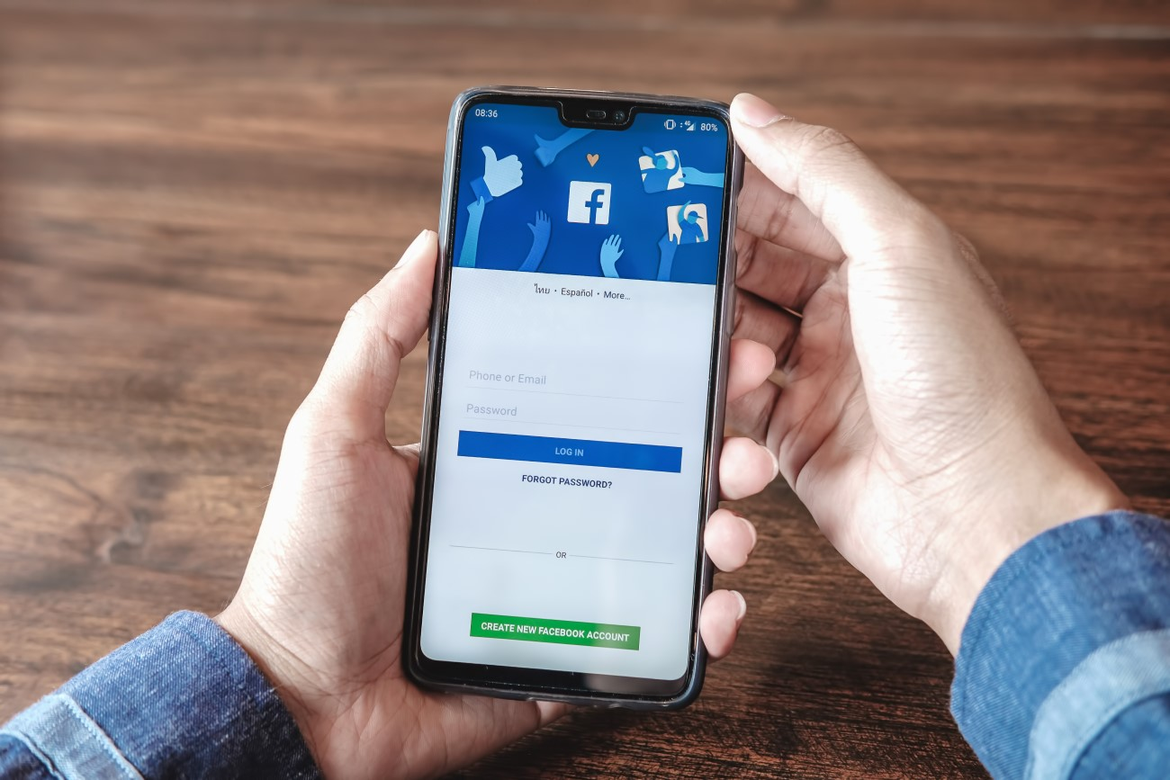 main tenant un téléphone connecté à facebook