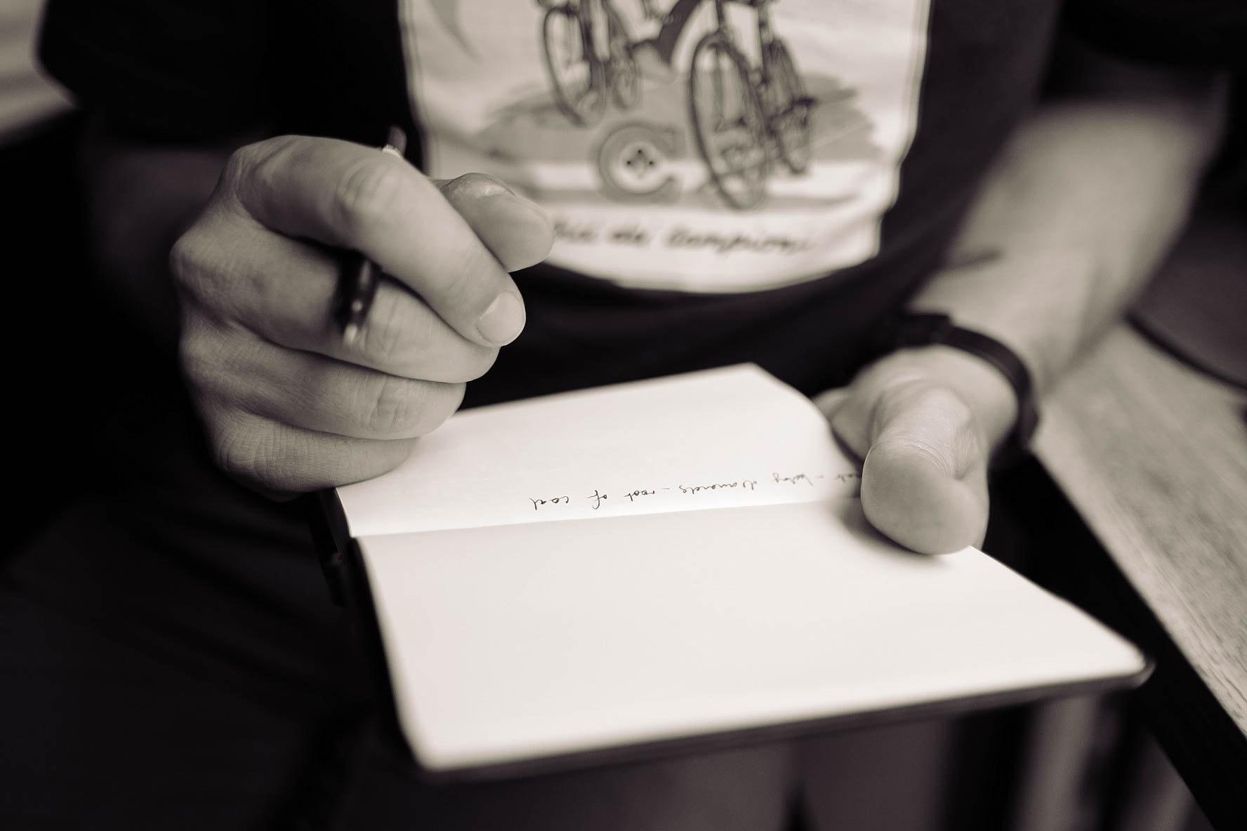 écrire dans un carnet, pour préparer les idées du référencement d'un site ecommerce