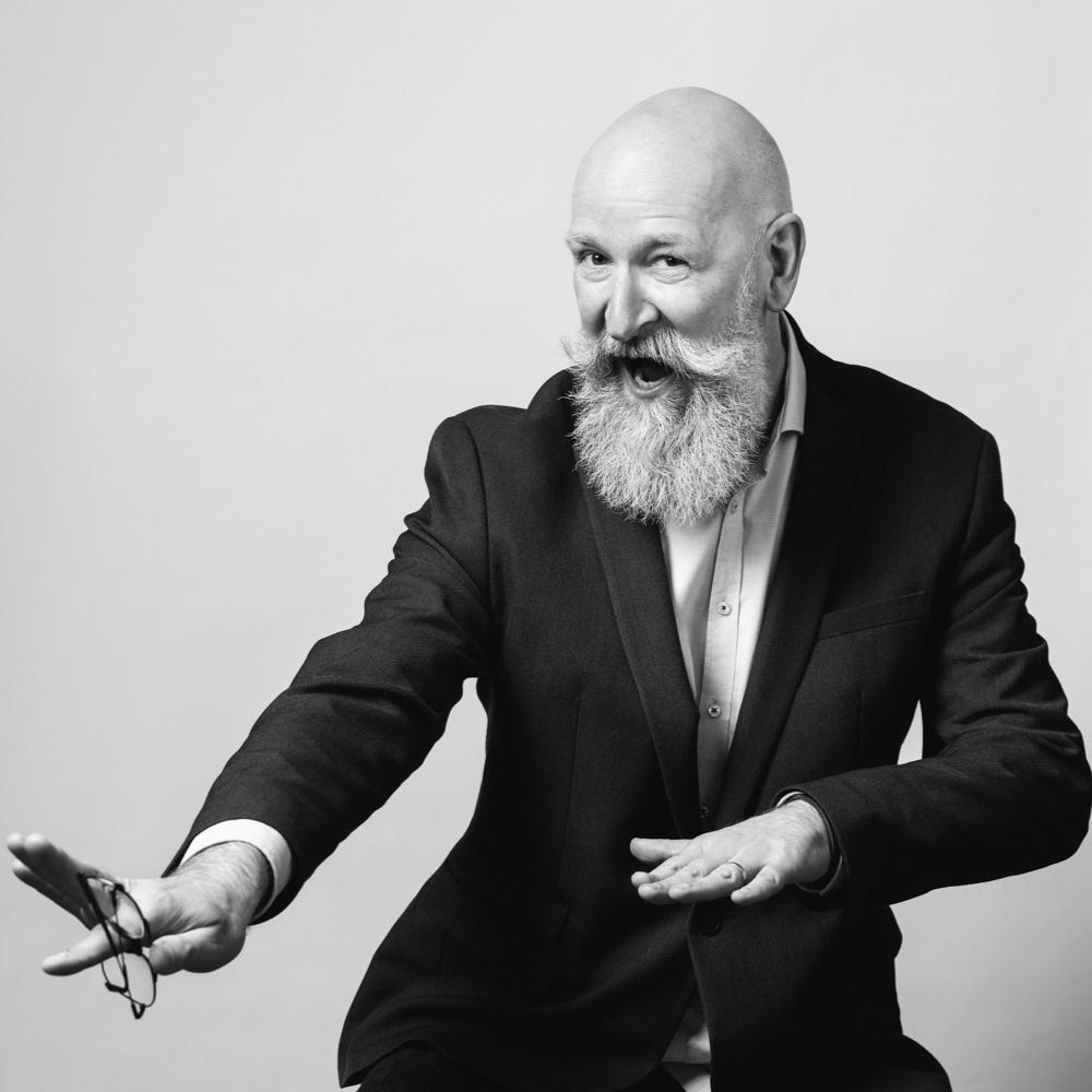 Stéphane Lebauvy surf en costume et chemise de webdesigner